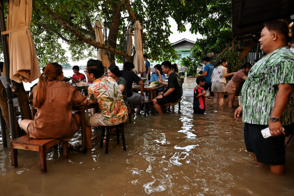 Diners Make Reservations to Eat in Floodwaters at Thai Restaurant